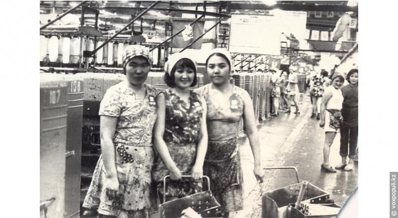 Гульзада Куанышпаевна (на снимке справа)