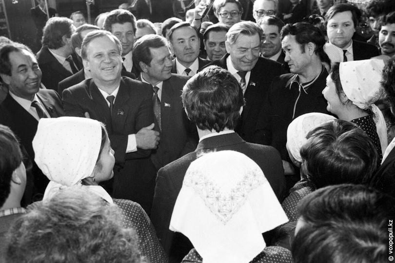 Г. В. Колбин (в центре справа) во время встречи с работниками АХБК