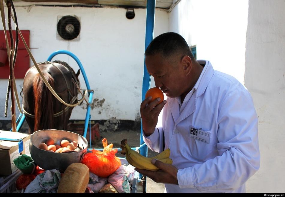 врач осматривает продукты